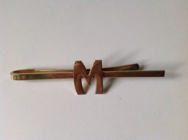 "Tie bar / clasp letter ""M""  in unmarked gold tone, vintage."