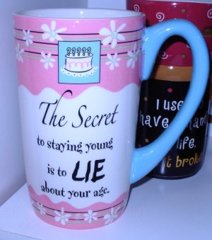 COFFEE MUG HUGE LATTE SAYS THE SECRET TO STAYING YOUNG NEW GANZ CERAMIC MUG KITCHEN DECOR