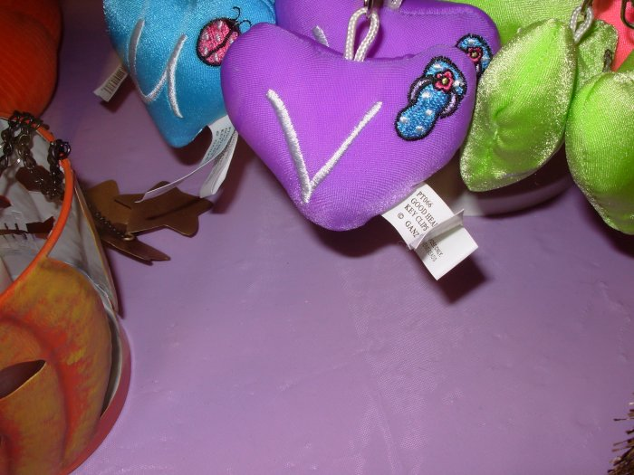 PUFFY HEART ZIP CLIP KEY CLIP WITH THE LETTER V PURPLE NEW GANZ
