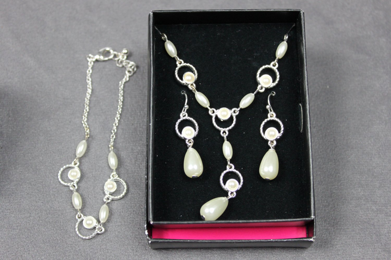 Avon Merryl Bracelet Necklace and Earrings Gift Set