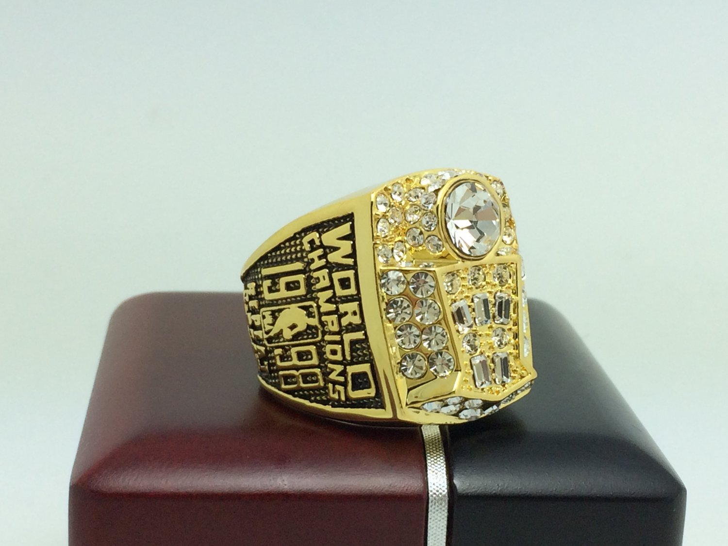 1998 Chicago Bulls  Basketball NBA Championship Ring 10 Size With wooden box