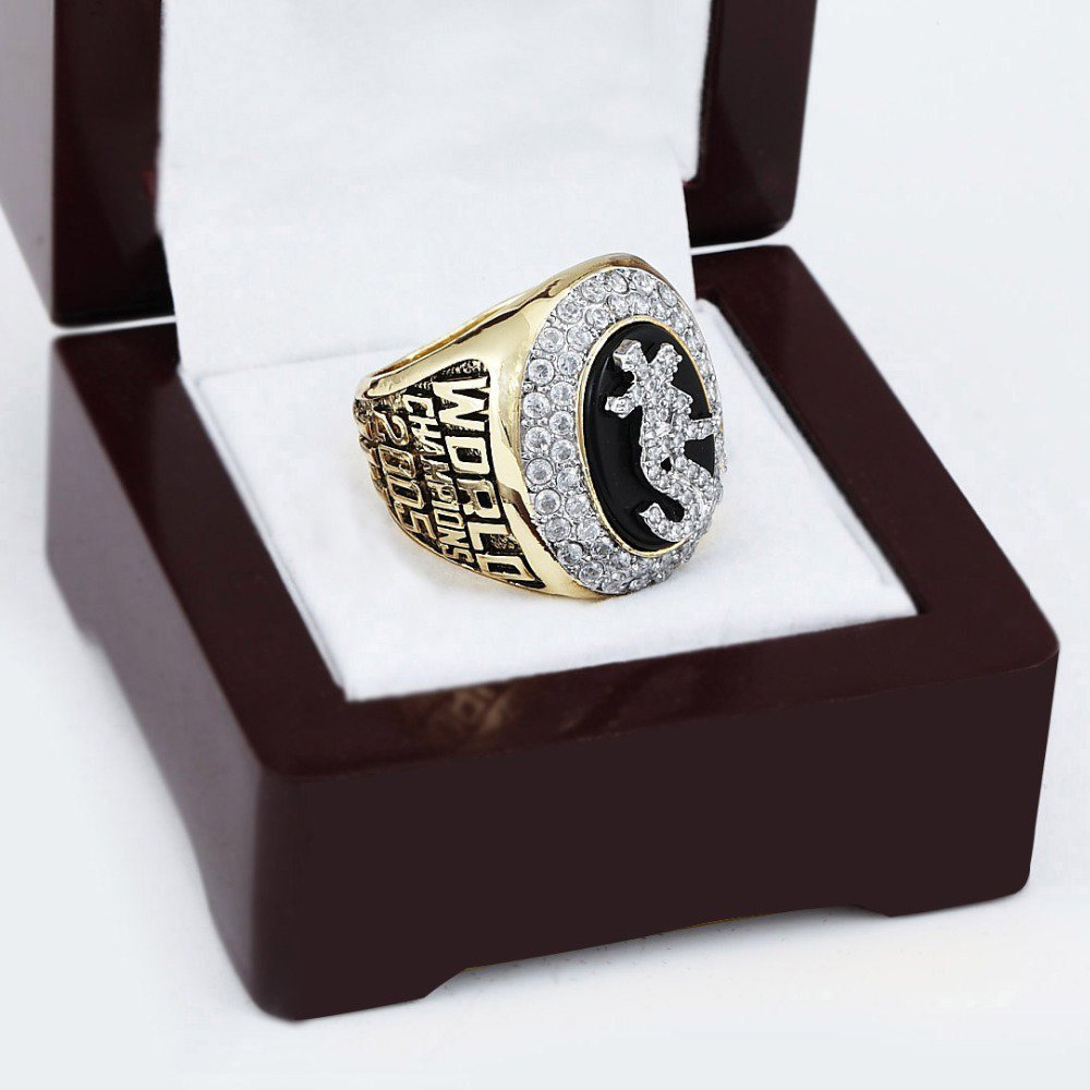 2005 CHICAGO WHITE SOX World Series Championship Ring Size 10-13 With a nice wooden case