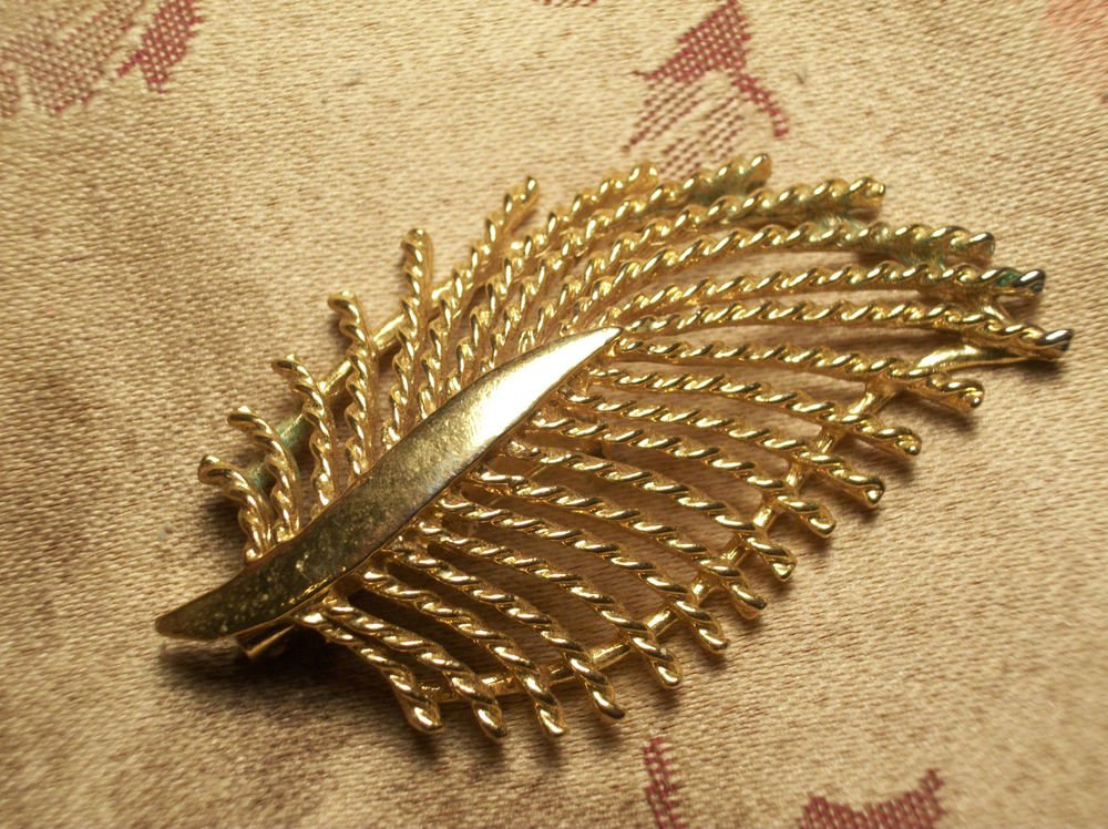 GERRY'S LEAF BROOCH Open Cut Twisted Rope Gold Metal Fashion Pin Vintage 1960's