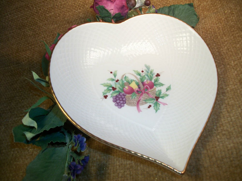 Mikasa Ivory Bone China Heart Serving Dish VTG Berry Bowl Basket Fruit Apple