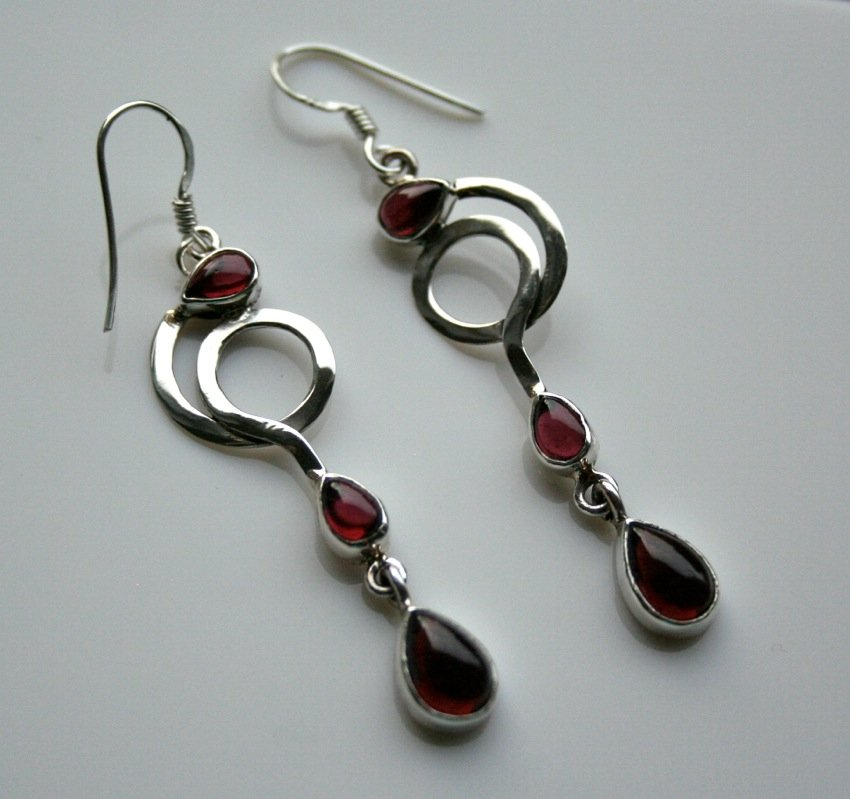 HANDCRAFTED ART DECO STYLE STERLING SILVER AND CABACHON GARNET DROP EARRINGS