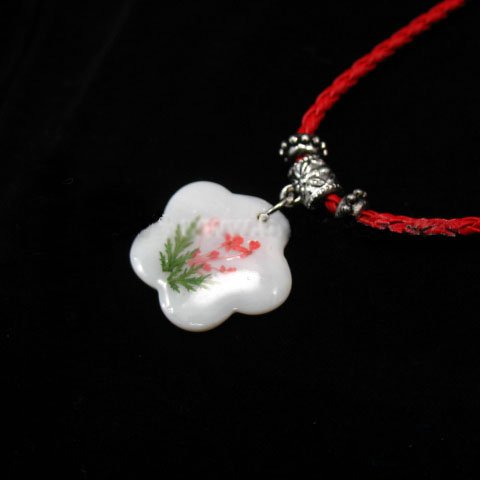 """PBK-1004  Shell  Pendant With A 18-1/2"""" Leather Chain"""