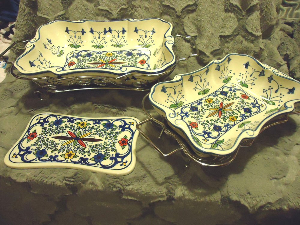 6 PC HANDPAINTED CERAMIC CASSEROLE & TRIVET SET WITH HOLDERS....WHITE/BLUES