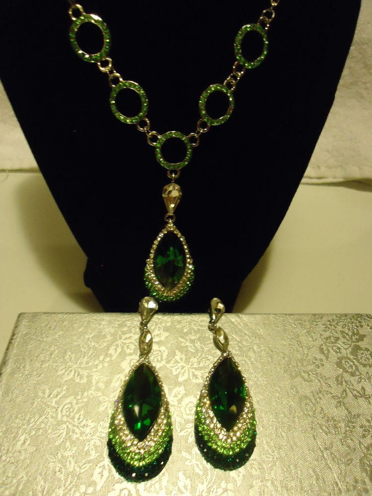 """SIMULATED EMERALD GREEN & WHITE AUSTRIAN CRYSTAL EARRINGS & NECKLACE..20/22"""""""