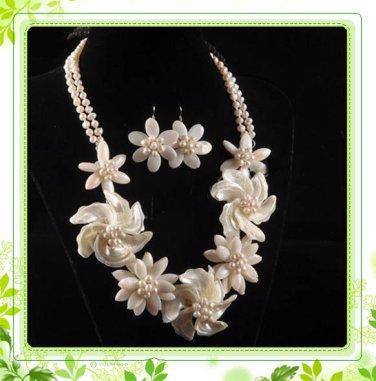 J7   Handmade Chunky Jewelry Mother of Pearl MOP White Daisy Flowers Choker plus earrings