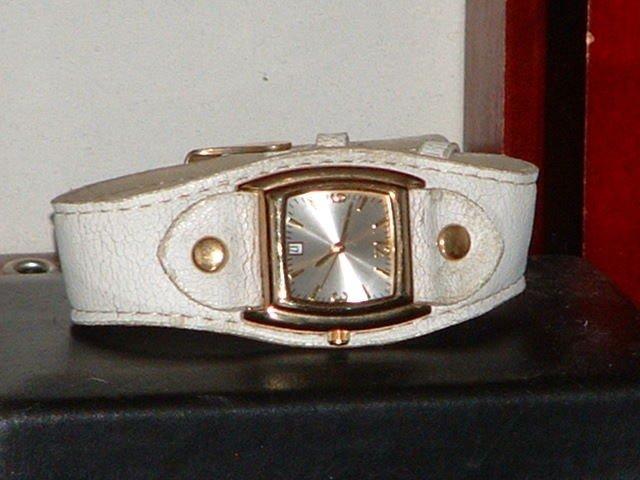 Pre-Owned Women�s White Faux Leather Fashion Analog Quartz Watch