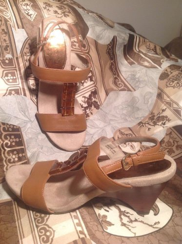 ELLEN TRACY WOMEN'S JEWELED T-STRAP WEDGE SANDALS BROWN LEATHER SIZE 9M MRSP $98