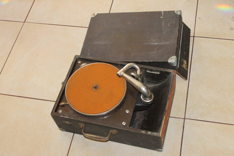Victor Victrola Portable Phonograph, Model VV-50. Plays
