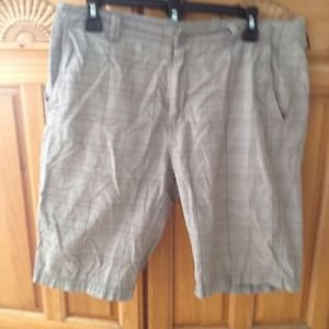 Calvin Klein Mens Grey Plaid Shorts Size 32