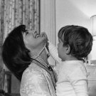 FIRST LADY JACKIE KENNEDY PLAYS WITH JOHN, JR. AUG 1962 - 8X10 PHOTO (AA-400)