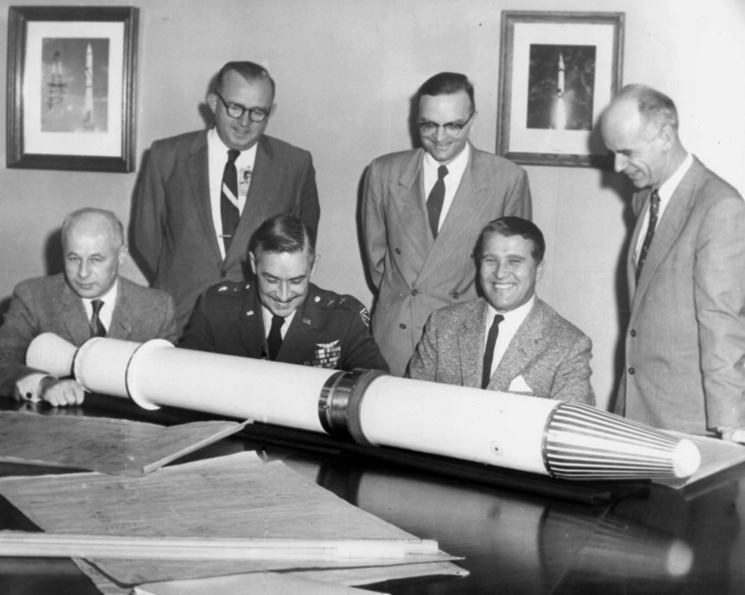 DR. WERNHER VON BRAUN & OTHERS WITH JUPITER-C ROCKET MODEL - 8X10 PHOTO (DA-306)