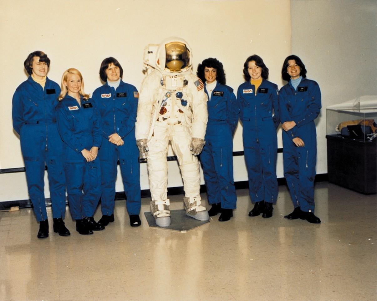 NASA's FIRST CLASS OF FEMALE ASTRONAUTS SALLY RIDE - 8X10 PHOTO (AA-254)