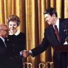 MILTON FRIEDMAN GETS PRESIDENTIAL MEDAL FROM RONALD REAGAN - 8X10 PHOTO (AA-003)