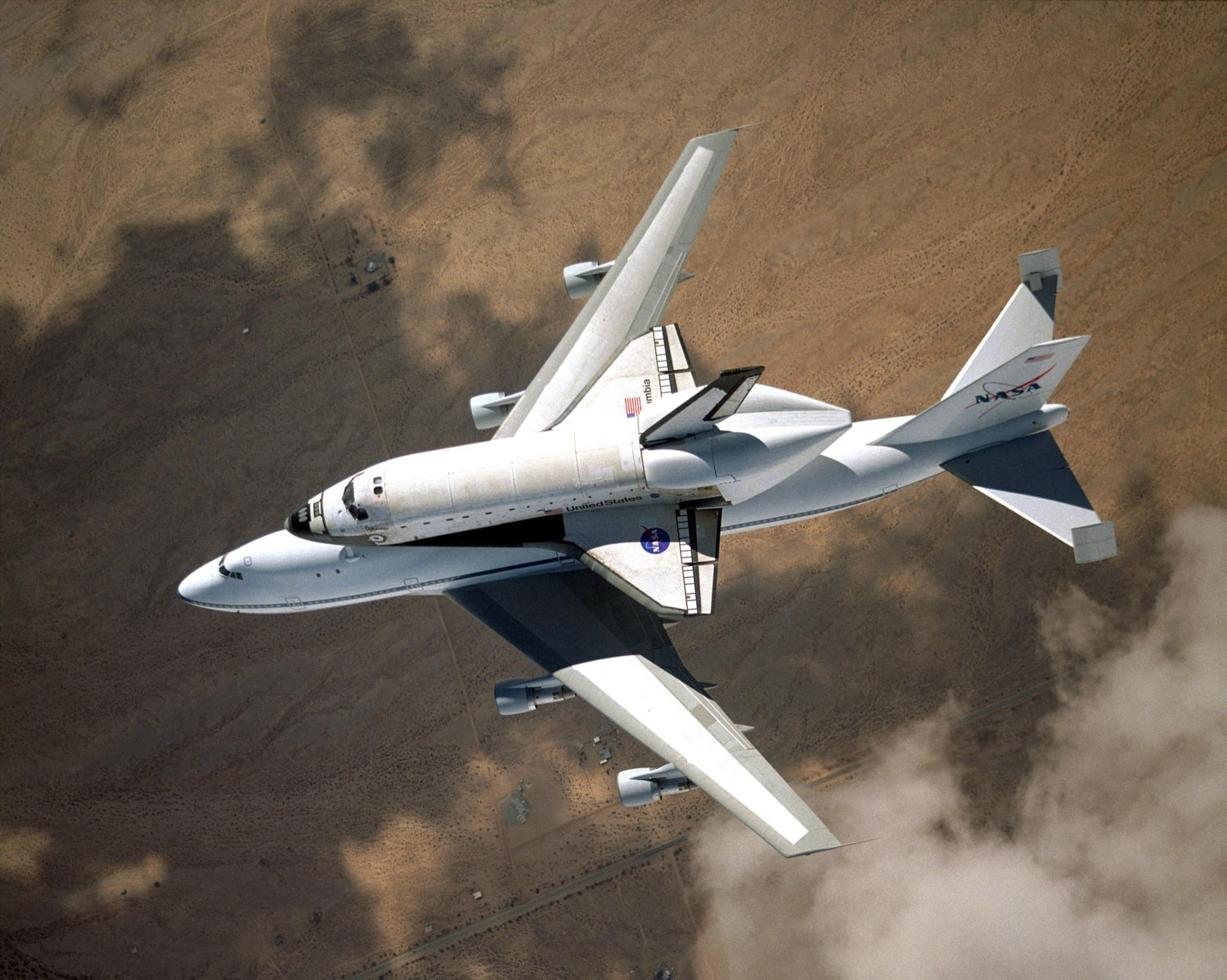SPACE SHUTTLE COLUMBIA ON CARRIER AIRCRAFT TO KSC - 8X10 NASA PHOTO (EP-406)