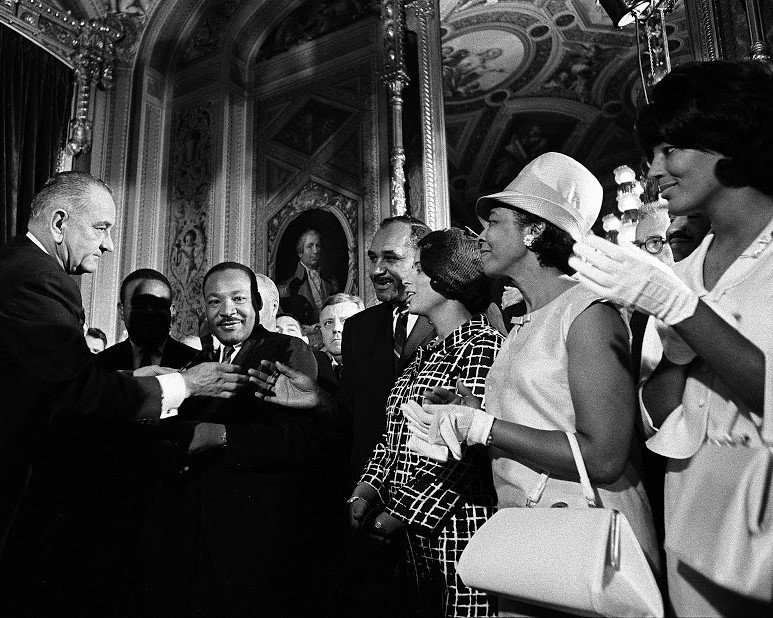 MARTIN LUTHER KING JR ATTENDS SIGNING OF VOTING RIGHTS ACT - 8X10 PHOTO (ZZ-211)