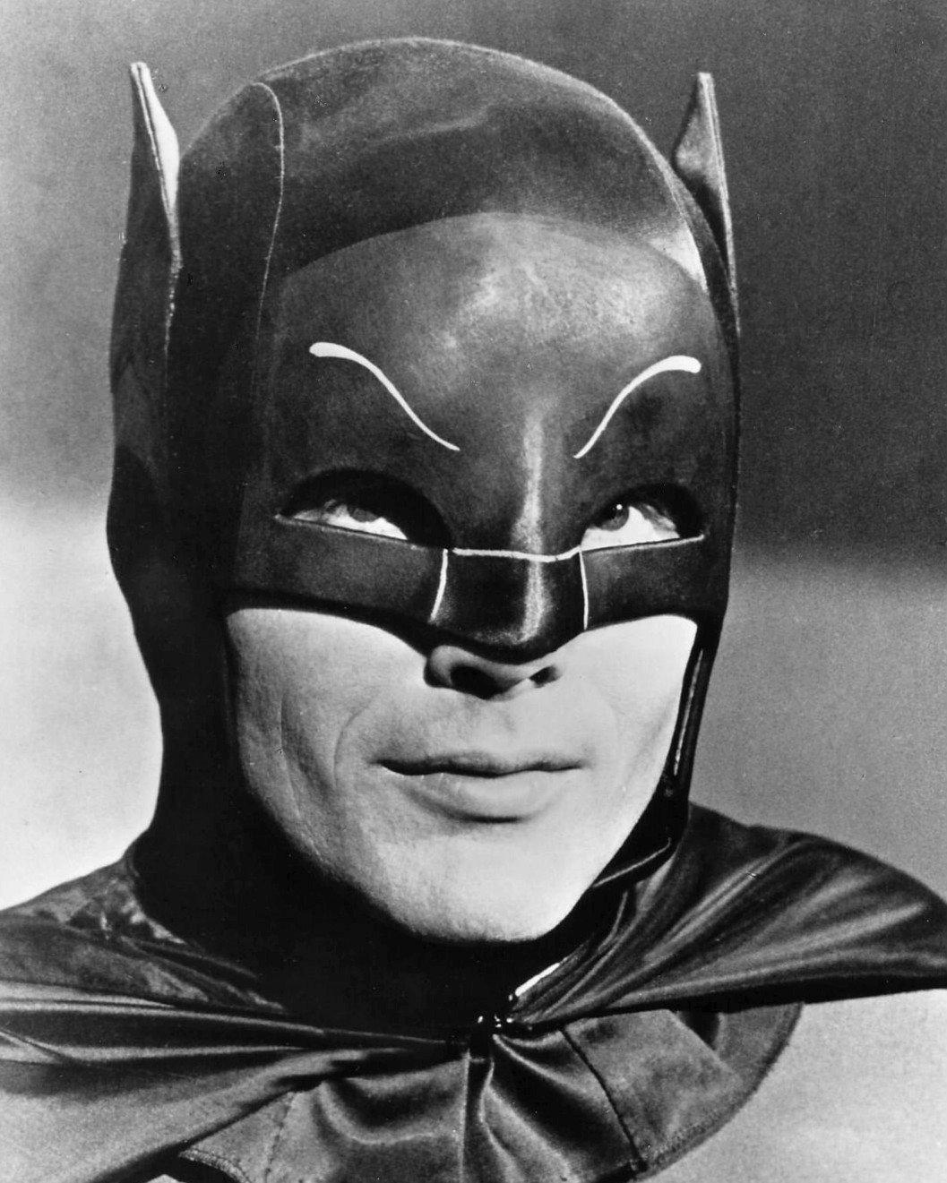 ADAM WEST AS BATMAN IN THE TV SHOW 'BATMAN' - 8X10 PUBLICITY PHOTO (ZZ-197)