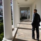 PRESIDENT BARACK OBAMA WALKS ALONG WHITE HOUSE COLONNADE - 8X10 PHOTO (CC-024)