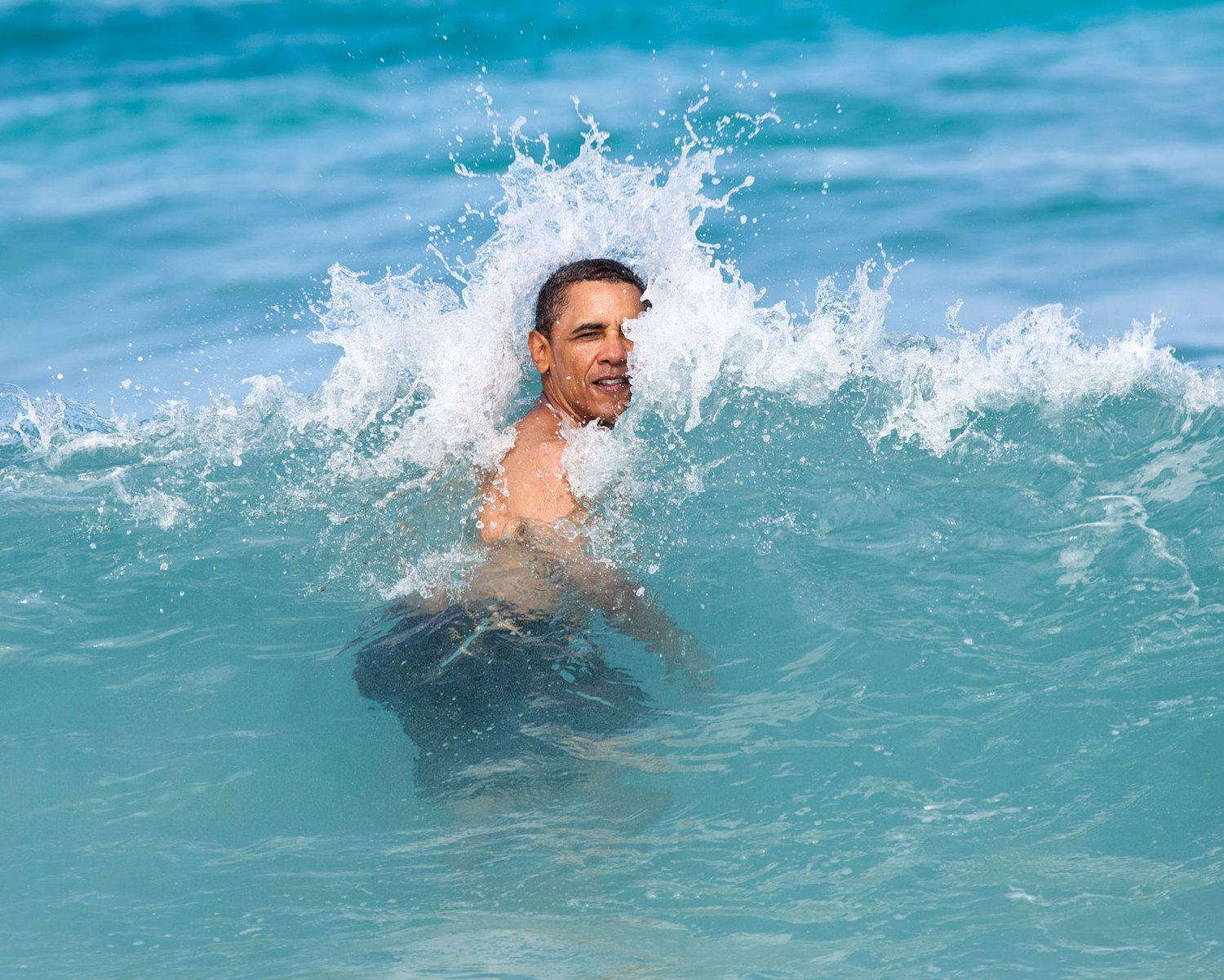 PRESIDENT BARACK OBAMA SWIMS WHILE VACATIONING IN HAWAII - 8X10 PHOTO (CC-083)