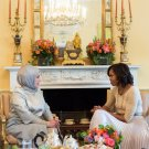FIRST LADY MICHELLE OBAMA & WIFE OF TURKISH PRIME MINISTER - 8X10 PHOTO (CC-027)