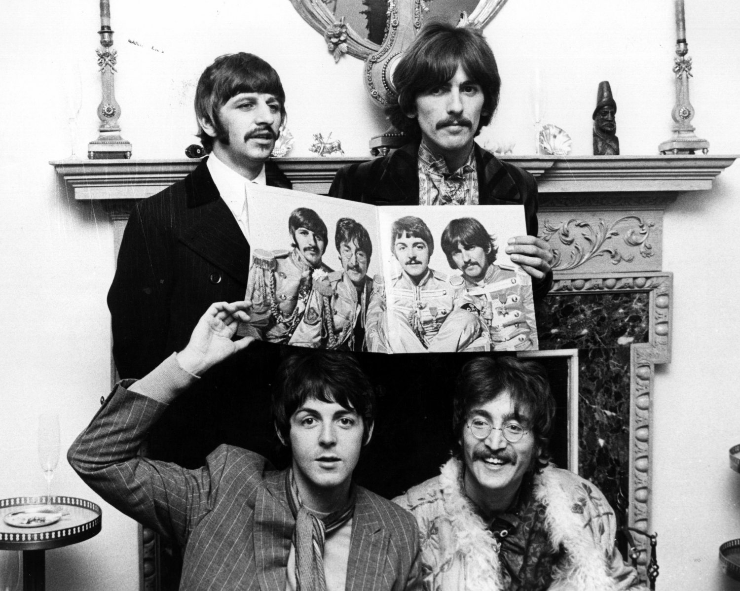 THE BEATLES POSE WITH SGT. PEPPER ALBUM COVER - 8X10 PHOTO (ZZ-050)