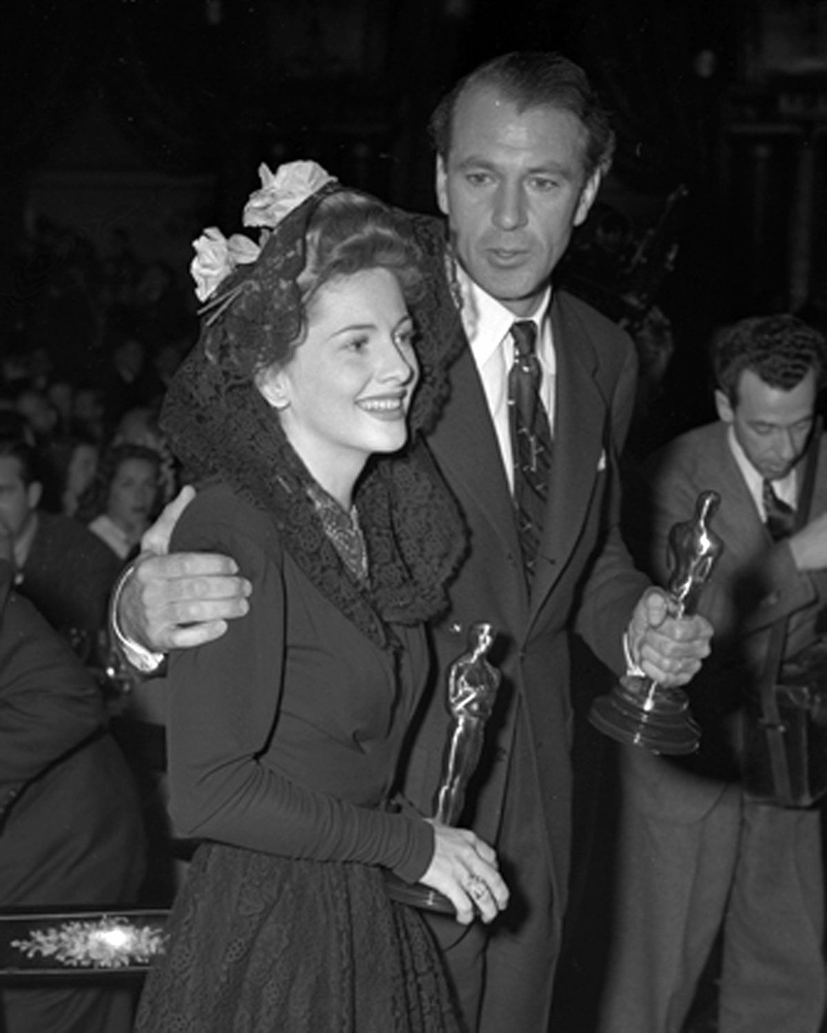 JOAN FONTAINE GARY COOPER HOLD OSCARS AFTER ACADEMY AWARDS 8X10 PHOTO (CC-040)