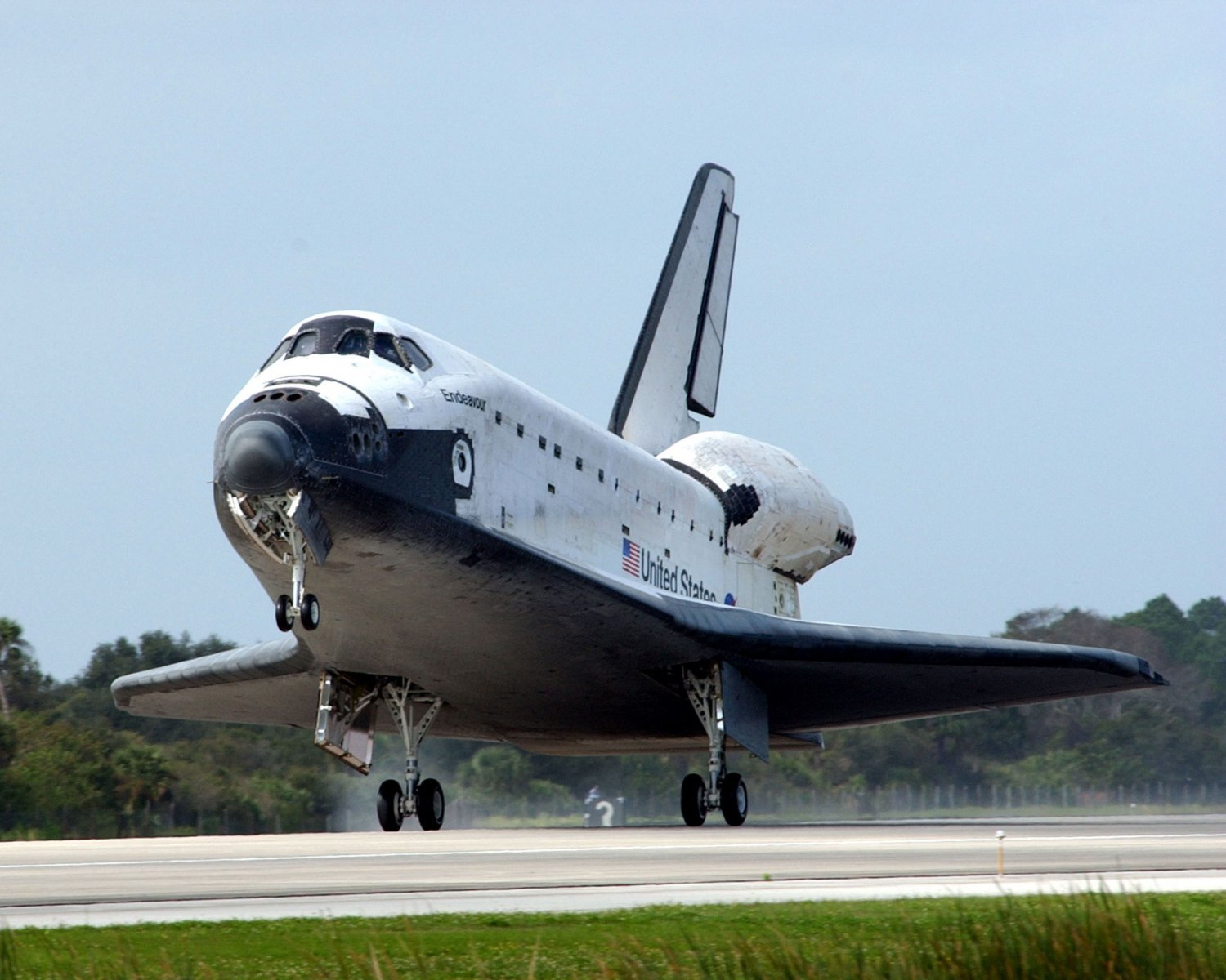 SPACE SHUTTLE ENDEAVOR LANDS ON THE RUNWAY AT KENNEDY - 8X10 NASA PHOTO (ZZ-094)