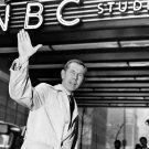 JOHNNY CARSON WAVES AS HE ENTERS NBC 30 ROCKEFELLER CENTER - 8X10 PHOTO (AA-186)