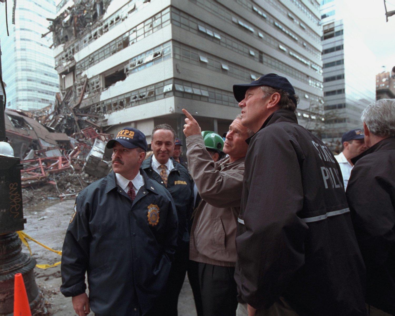 GEORGE W. BUSH SURVEYS DAMAGE AT THE WORLD TRADE CENTER ON SEPTEMBER 11 9/11 - 8X10 PHOTO (AA-062)