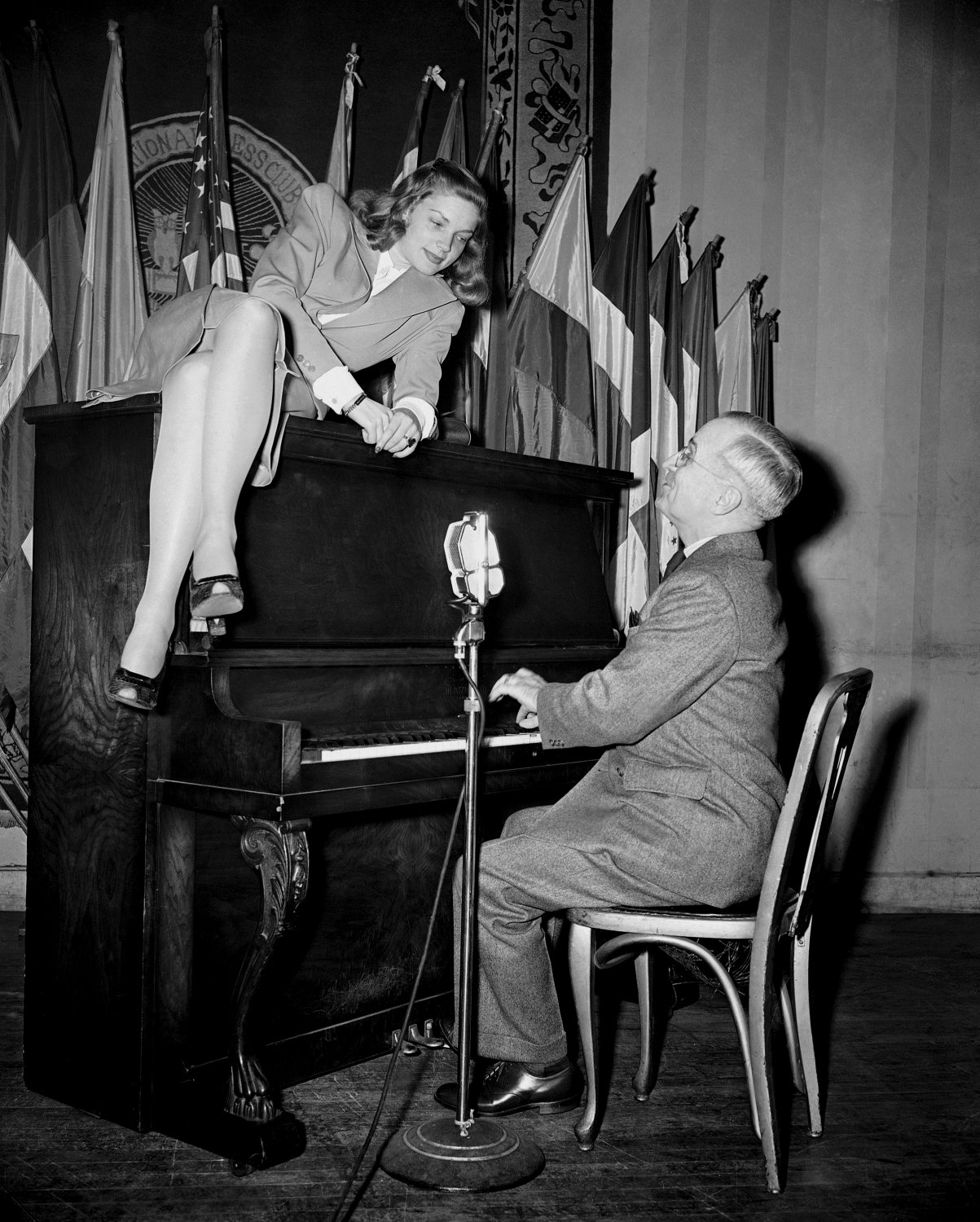 LAUREN BACALL & HARRY TRUMAN AT NATIONAL PRESS CLUB CANTEEN 8X10 PHOTO (EP-545)