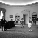 PRESIDENT JOHN F. KENNEDY IN THE OVAL OFFICE WITH CHILDREN - 8X10 PHOTO (EP-650)