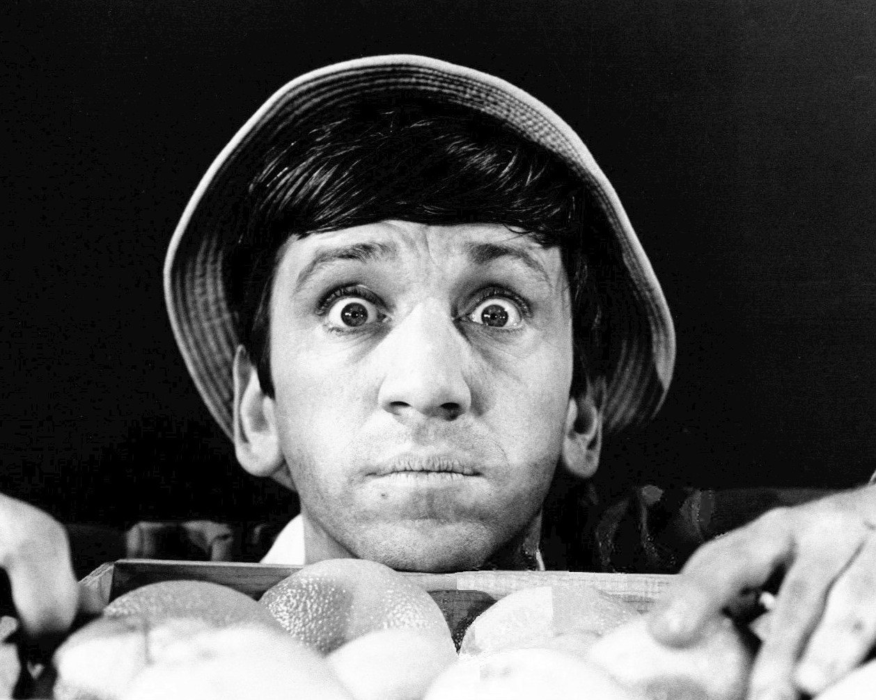 BOB DENVER AS 'GILLIGAN' IN 'GILLIGAN'S ISLAND' - 8X10 PUBLICITY PHOTO (ZZ-436)