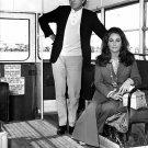 ACTORS RICHARD BURTON & ELIZABETH TAYLOR IN 1970 - 8X10 PUBLICITY PHOTO (ZZ-538)
