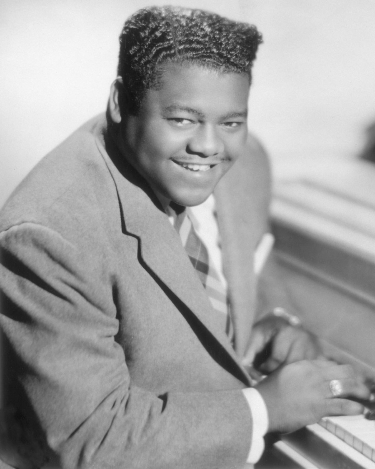 FATS DOMINO SITS AT PIANO - 8X10 PUBLICITY PHOTO (AA-225)