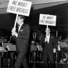 "DEAN MARTIN & FRANK SINATRA CARRY SIGNS DEMANDING ""FREE BROADS"" IN LAS VEGAS - 8X10 PHOTO (DA-403)"