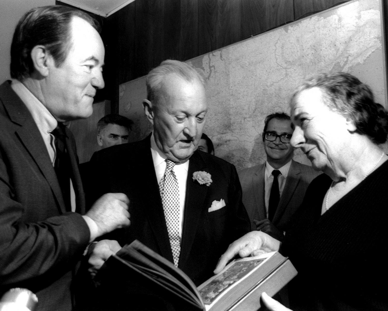 HUBERT HUMPHREY & SEN WILLIAM BENTON WITH GOLDA MEIR IN 1970 8X10 PHOTO (AA-936)