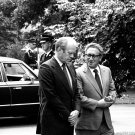 PRESIDENT GERALD R. FORD WITH SEC OF STATE HENRY KISSINGER - 8X10 PHOTO (AA-939)