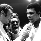 HOWARD COSELL & MUHAMMAD ALI 1973 AS SAMMY DAVIS JR LAUGHS - 8X10 PHOTO (ZY-135)