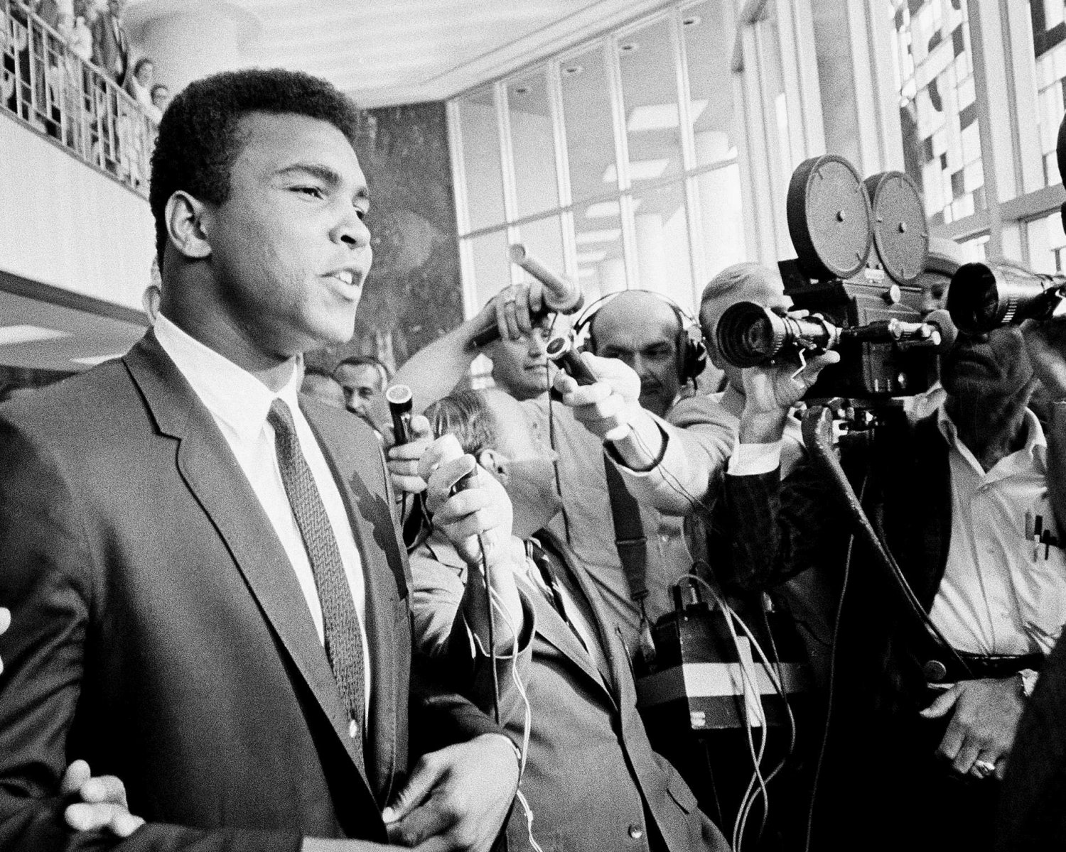 """MUHAMMAD ALI SAYS """"NO COMMENT"""" TO REPORTERS AT 1967 TRIAL - 8X10 PHOTO (ZY-139)"""