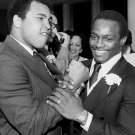 MUHAMMAD ALI WITH WALTER PAYTON IN CHICAGO 1977 - 8X10 PUBLICITY PHOTO (ZY-193)