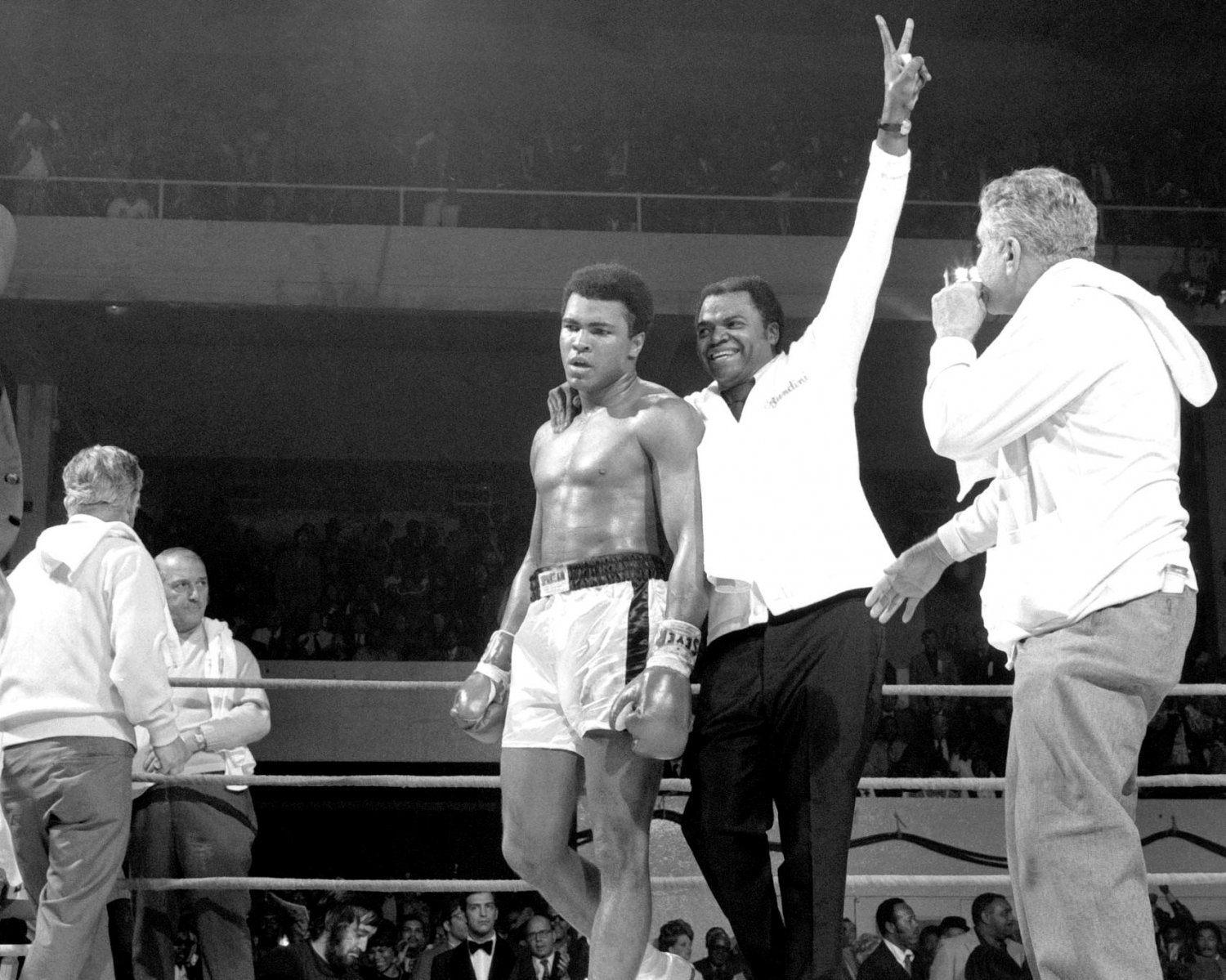 MUHAMMAD ALI AFTER TKO OF JERRY QUARRY IN ATLANTA 8X10 PUBLICITY PHOTO (ZY-163)