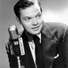 ORSON WELLES POSES WITH CBS MICROPHONE IN 1941 - 8X10 PUBLICITY PHOTO (AA-680)