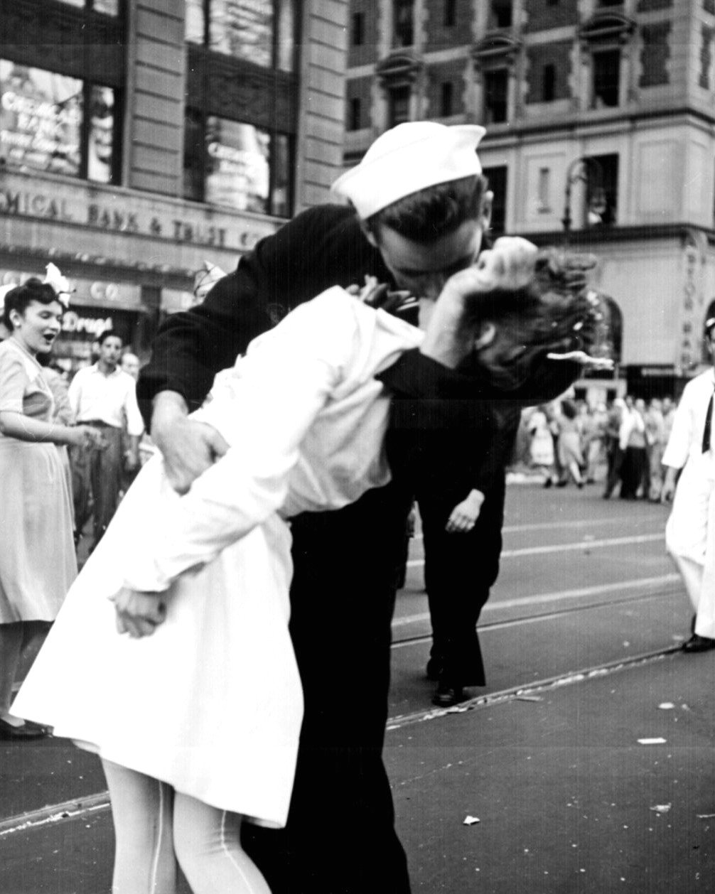 SOLDIER CELEBRATES END OF WWII KISSING GIRL IN TIMES SQUARE 8X10 PHOTO (AA-534)