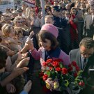 FIRST LADY JACQUELINE KENNEDY GREETS ADMIRERS AT LOVE FIELD 8X10 PHOTO (BB-346)