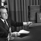 PRES RICHARD NIXON POINTS TO WHITE HOUSE TAPES TRANSCRIPTS - 8X10 PHOTO (BB-668)