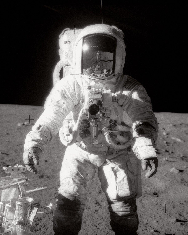 APOLLO 12 ASTRONAUT ALAN BEAN ON THE MOON SURFACE - 8X10 NASA PHOTO (EP-267)