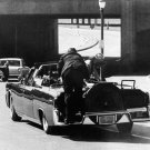 SECRET SERVICE AGENT CLINT HILL CLIMBS ATOP KENNEDY LIMO - 8X10 PHOTO (ZZ-084)